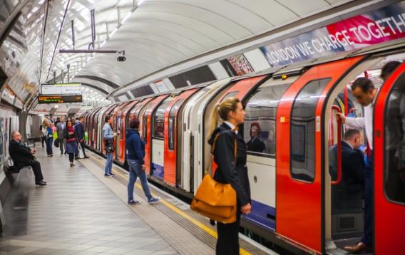 英語を使ってロンドンの地下鉄を...